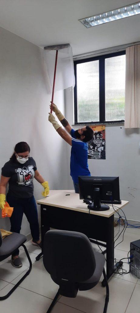 O treinamento conta com as presenças de agentes de Serviços Gerais do órgão municipal e funcionários de uma empresa terceirizada de limpeza